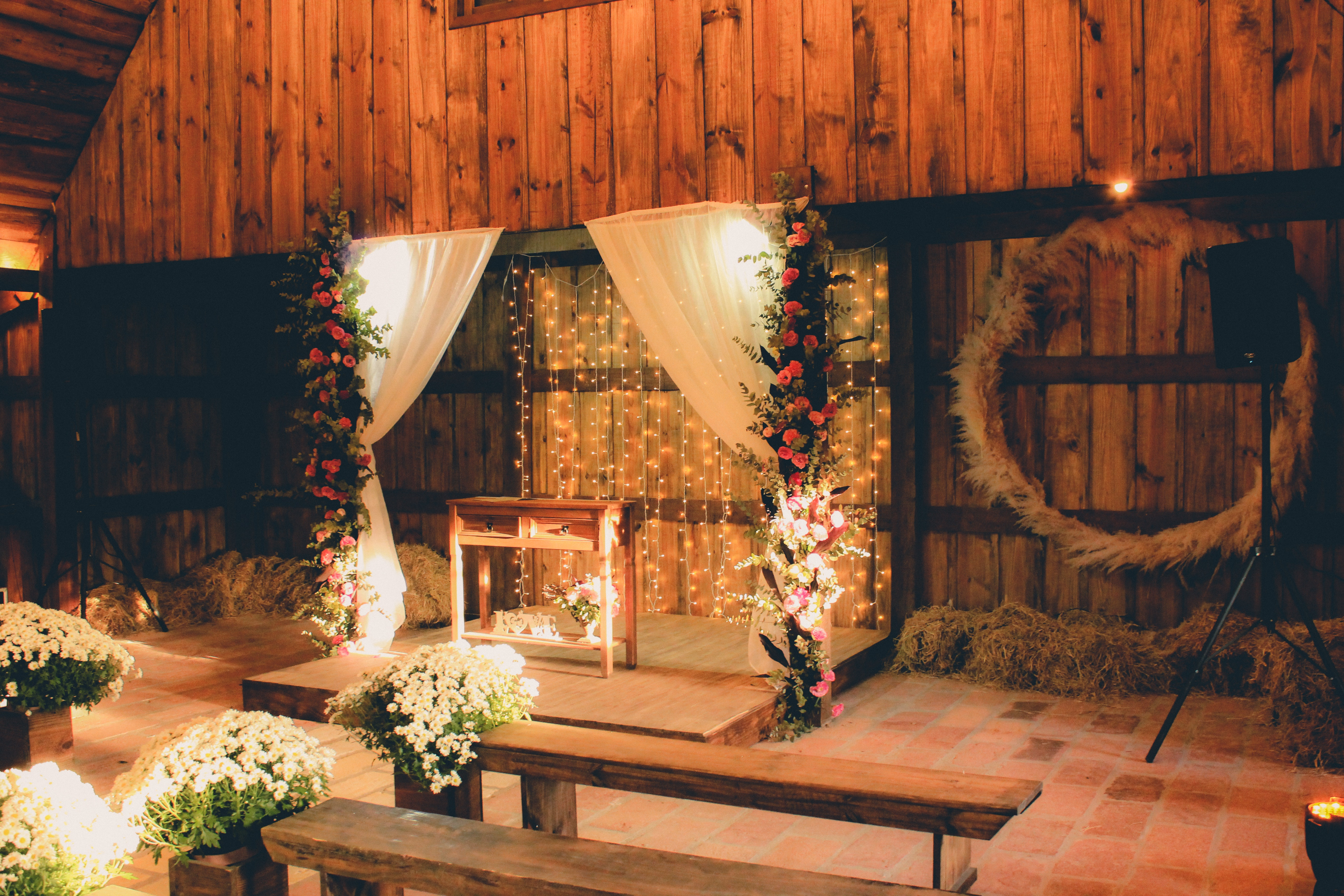 These 10 Wedding Altar Decorations Created A Beautiful Space At The End Of The Aisle Mywedding