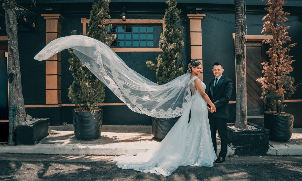 10 Keyhole Wedding Dresses for Modern Brides