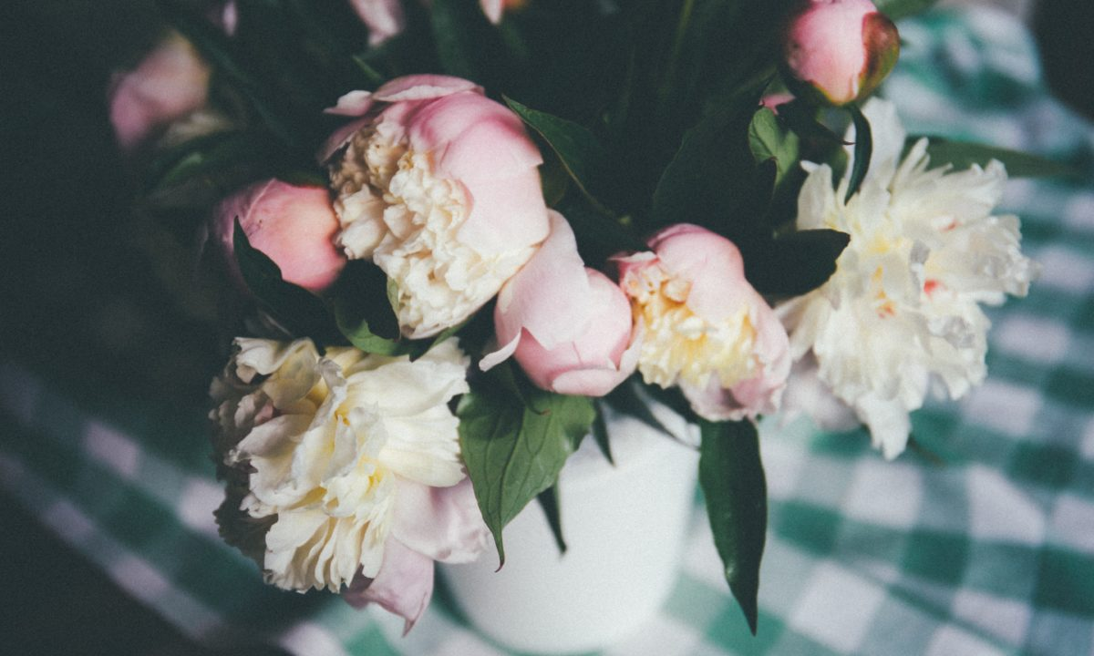 10 Peony Centerpieces That Will Add a Romantic Touch to Your Wedding